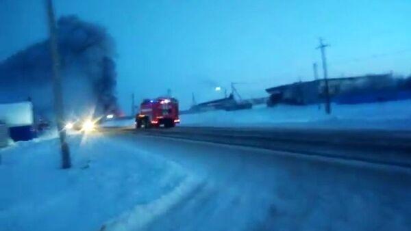 Машина противопожарной службы МЧС РФ едет на тушение пожара в цеху горячего цинкования ООО Оренбургский Завод Промышленного Цинкования