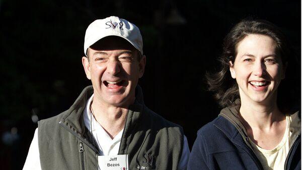 Глава и основатель интернет-компании Amazon Джефф Безос и его жена Маккензи Безоc по дороге на конференцию в Солнечной долине