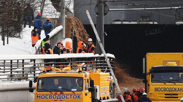 Сотрудники Мосводоканала у Тушинского тоннеля Волоколамского шоссе в Москве, подтопленного после провала грунта в шлюзе №8 канала имени Москвы