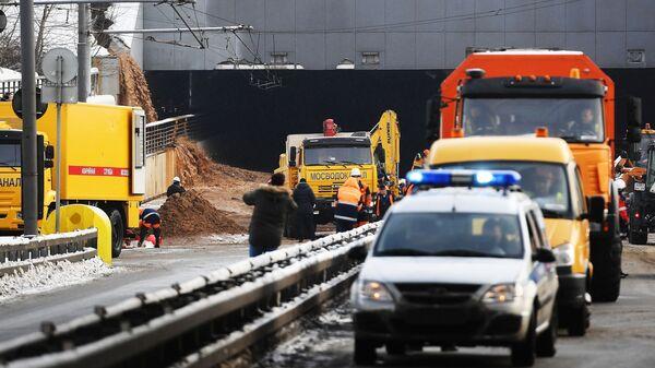 Сотрудники Мосводоканала у Тушинского тоннеля Волоколамского шоссе в Москве, подтопленного после провала грунта в шлюзе №8 канала имени Москвы. 10 января 2019