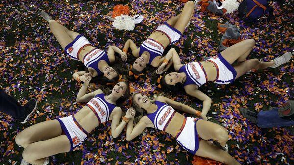 Девушки из группы поддержки клуба Clemson после игры NCAA в Калифорнии