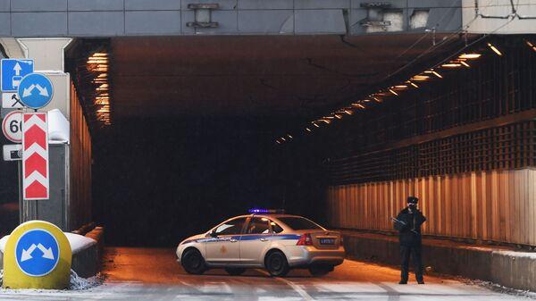 Автомобиль ДПС перекрывает въезд в Тушинский тоннель Волоколамского шоссе с восточной стороны
