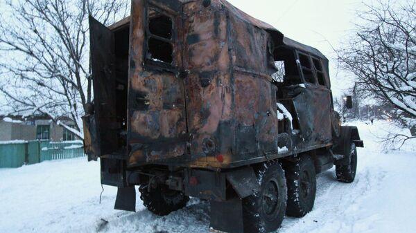 Служебная машина сотрудников КП Вода Донбасса, пострадавшая в результате обстрела в городе Ясиноватая