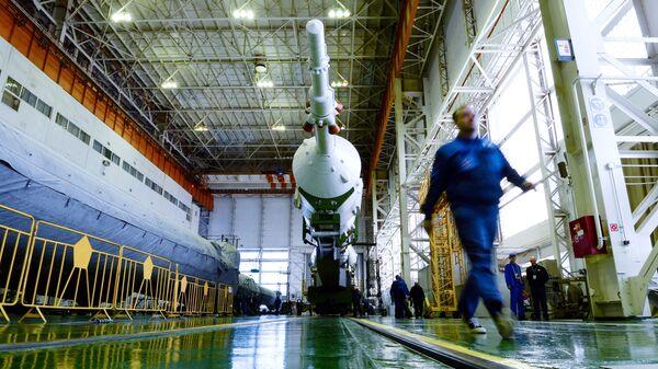 Сборка ракеты Союз-ФГ на космодроме Байконур