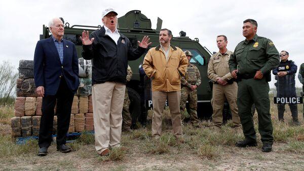 Президент США Дональд Трамп на границе с Мексикой в штате Техас. 10 января 2019
