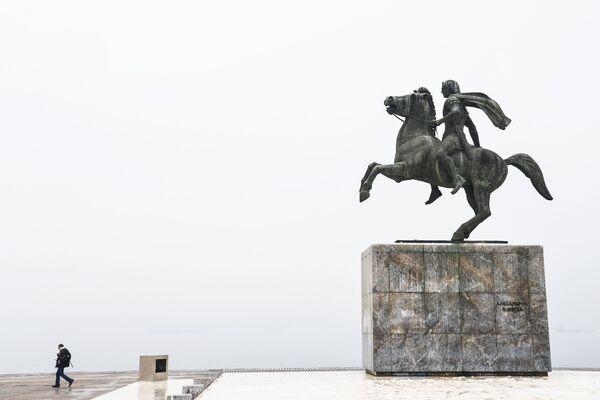 Памятник Александру Македонскому на набережной в Салониках