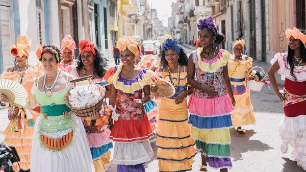 Девушки на улице Старого города во время карнавала в Гаване, Куба
