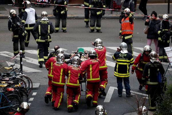 Спасатели с пострадавшим в результате взрыва в пекарне в 9-м округе Парижа, Франция. 12 января 2019