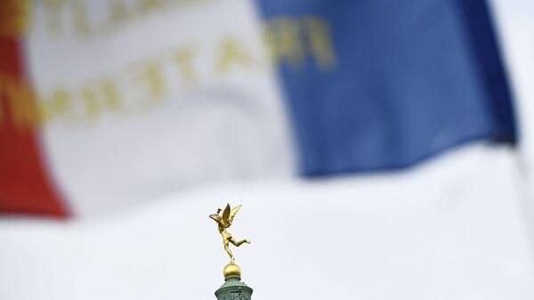 Скульптура Гения свободы на вершине Июльской колонны на площади Бастилии в 4-м округе Парижа