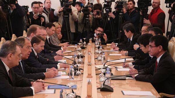 Министр иностранных дел РФ Сергей Лавров и министр иностранных дел Японии Таро Коно  во время встречи в Москве. 14 января 2019