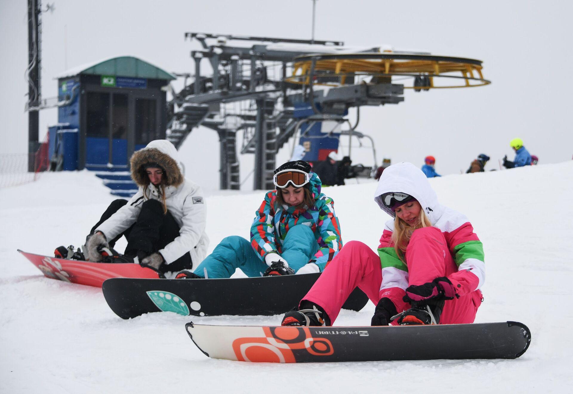 Сноубордисты на горнолыжном курорте Сорочаны в Московской области - РИА Новости, 1920, 01.12.2020
