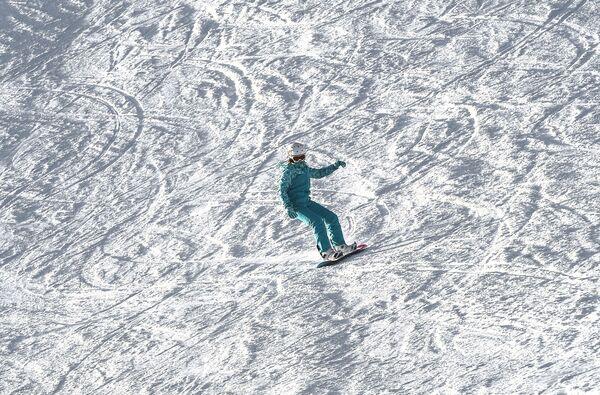 Сноубордист на склоне горнолыжного курорта Лисья Гора в Московской области