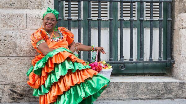 Женщина в традиционном платье на улице Гаваны