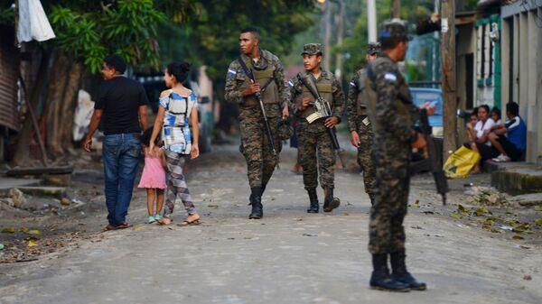 Военная полиция патрулирует улицы Сан-Педро-Сула, Гондурас