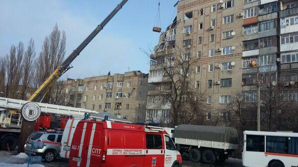 Разбор завалов на месте взрыва газа в жилом доме в Шахтах