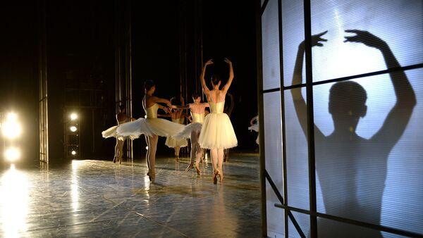 Артисты балета во время репетиции