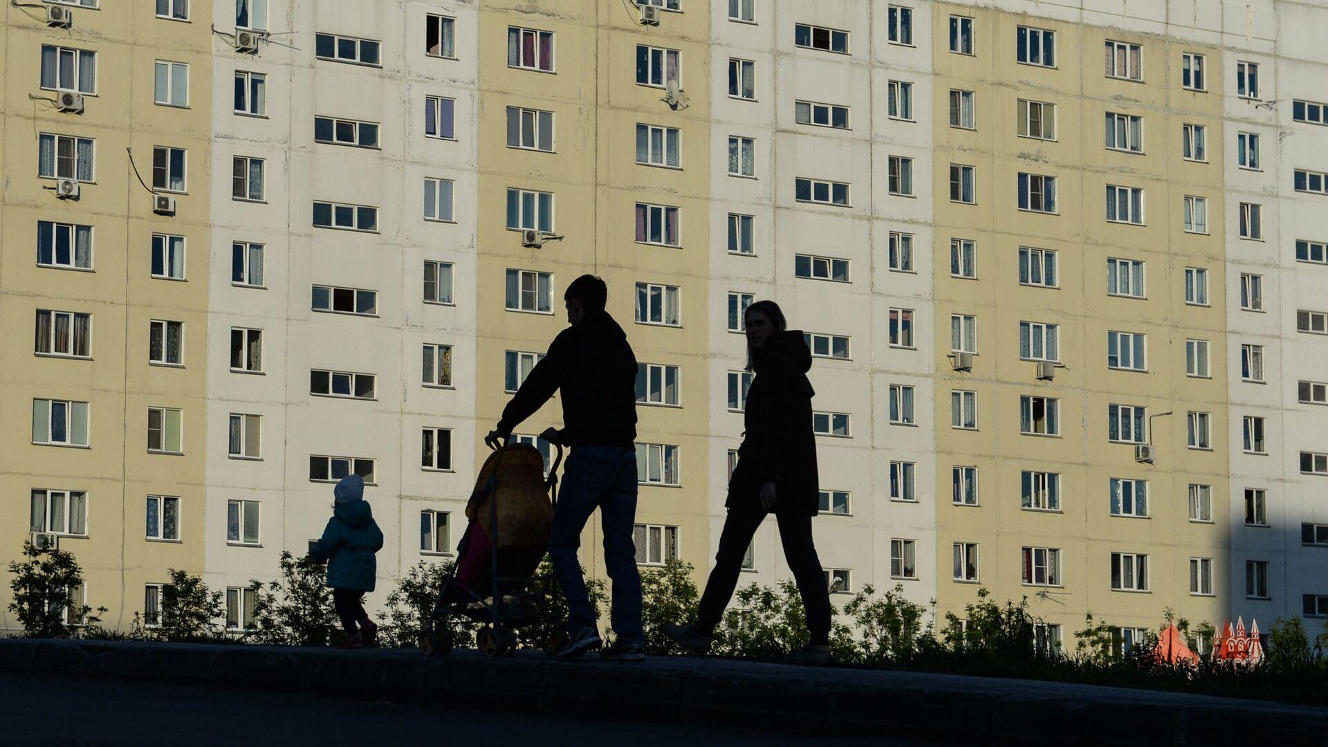 Семья во дворе жилого дома - РИА Новости, 1920, 09.12.2020