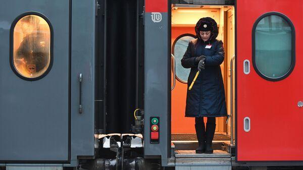 Проводник в поезде на железнодорожном вокзале Новосибирск-главный