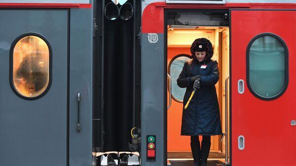 Проводник в поезде на железнодорожном вокзале