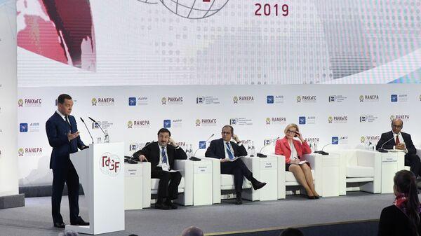 Дмитрий Медведев выступает на пленарной дискуссии Х Гайдаровского форума. 15 января 2019