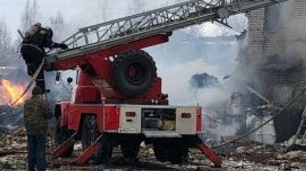 Сотрудники пожарной охраны на территории завода Полипласт в Кингисеппе, где произошел взрыв