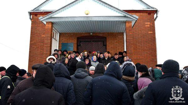 Захват сторонниками новой церкви храма УПЦ в селе Красноволя Волынской области