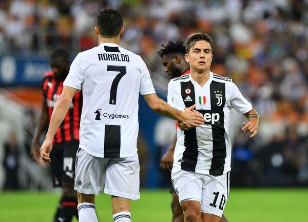 Нападающие Ювентуса Пауло Дибала (справа) и Криштиану Роналду в матче за Суперкубок Италии против Милана