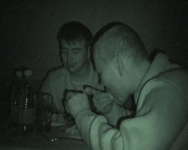 В темноте. Слепые официанты и зрячие клиенты ресторана на равных