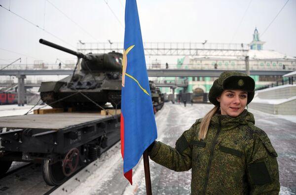 Прибытие эшелона с танками Т-34 в Новосибирск