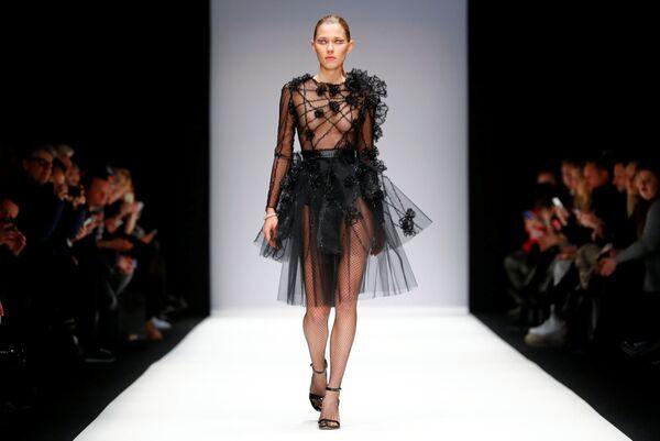 Модель представляет коллекцию модельера Irene Luft на Неделе моды в Берлине