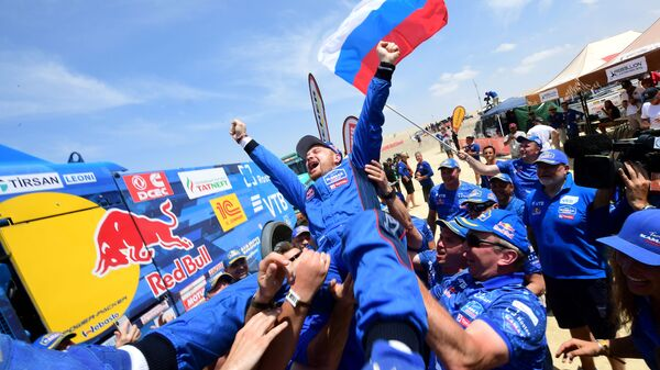Экипаж команды КАМАЗ-мастер под управлением Эдуарда Николаева после победы на ралли-рейде Дакар