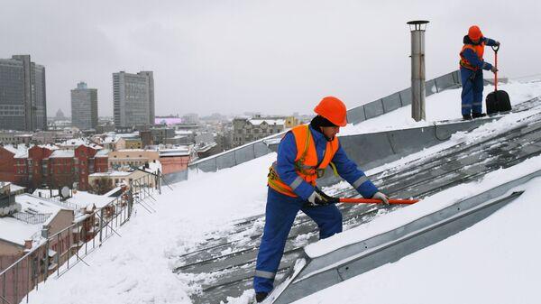 Очистка крыш от наледи в Москве