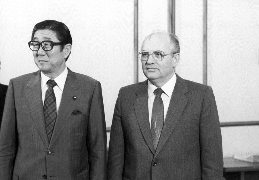 Генеральный секретарь ЦК КПСС Михаил Горбачев и министр иностранных дел Японии Синтаро Абэ в Кремле