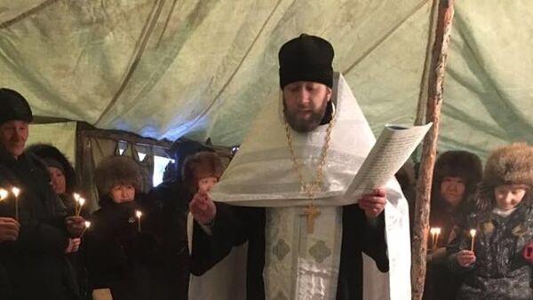 Иеромонах Гермоген (Рубцов) освящает воду в реке Яна в городе Верхоянск республики Саха (Якутия) в минус 62 градуса по Цельсию