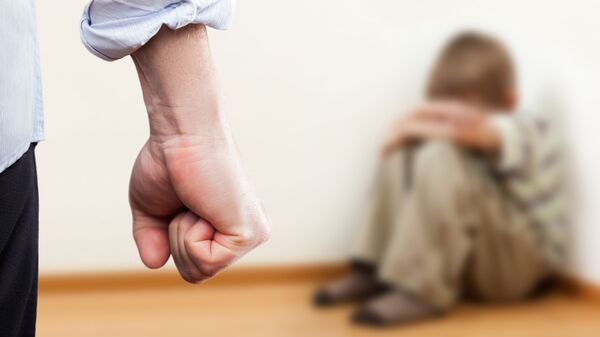 Мужчина угрожает ребенку кулаком