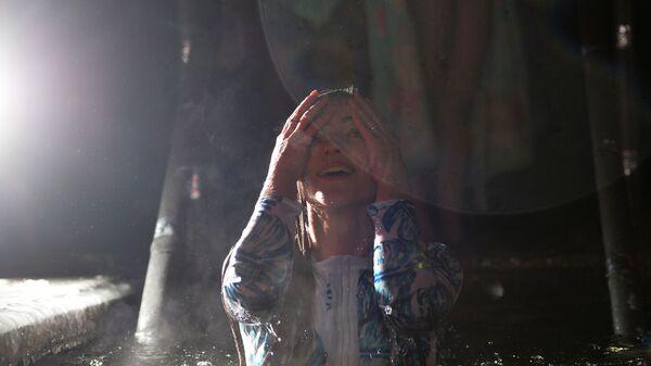Девушка во время ночных крещенских купаний в центре Екатеринбурга. 18 января 2019