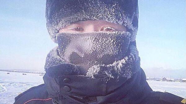 Участник флешмоба с фотографиями заснеженных от мороза ресниц, организованного сотрудниками правоохранительных органов Якутии