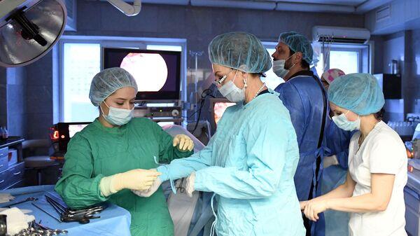 Главный акушер-гинеколог Российской Федерации Лейла Адамян в операционном отделении