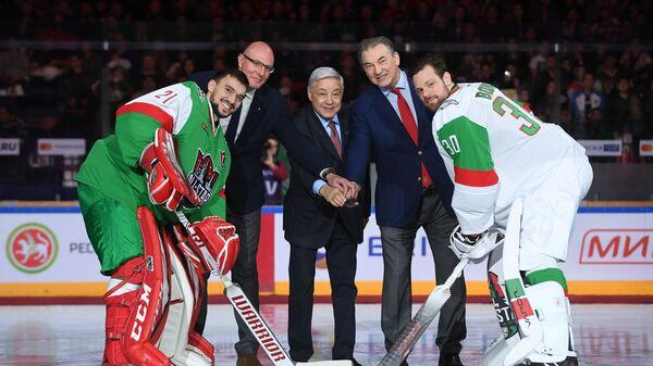 Якуб Коварж, Дмитрий Чернышенко, Фарид Мухаметшин, Владислав Третьяк и Игорь Бобков (слева направо)