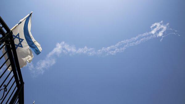 Следы ракет в небе в Израиле