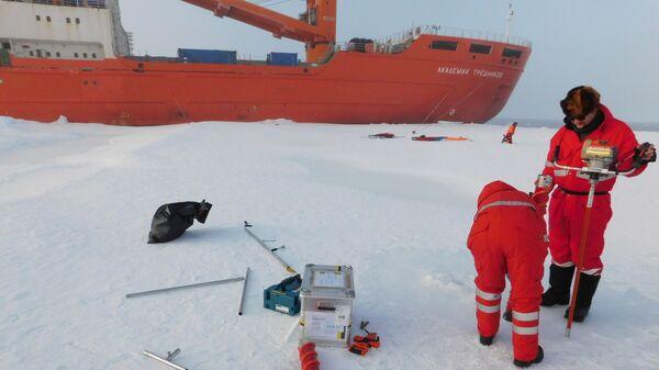 Ученые берут пробы морского льда. Восточно-Сибирское море, сентябрь, экспедиция Арктика-2018