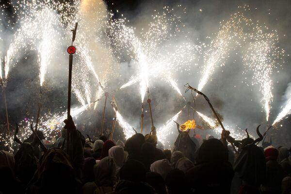 Участники фестиваля Correfoc в Пальма-де-Мальорке, Испания