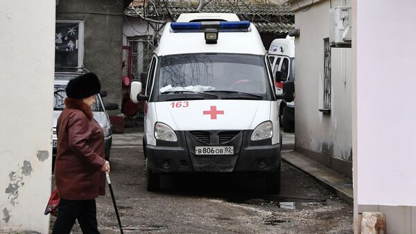 Автомобиль скорой помощи у Керченской городской больницы №1