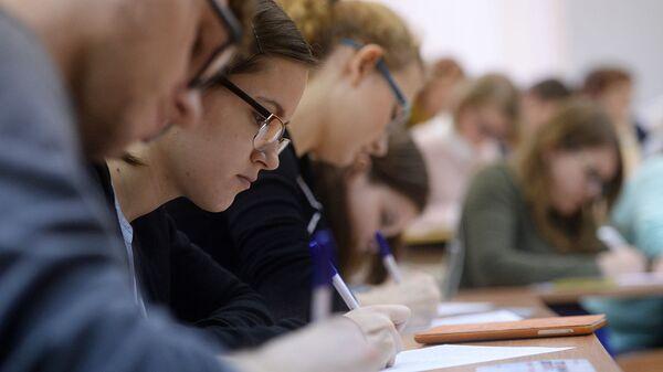 Студенты в аудитории во время занятий