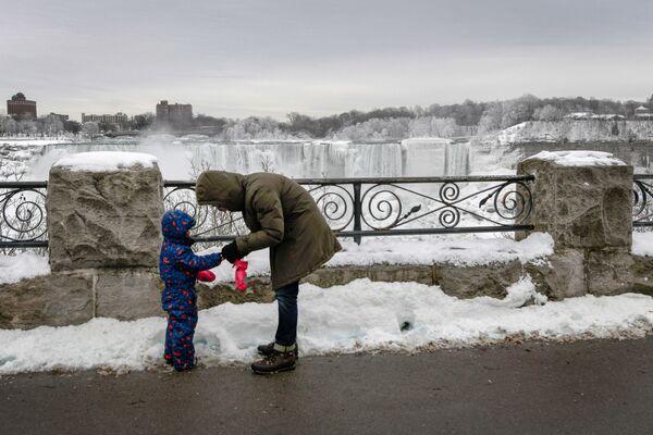 Женщина с ребенком возле Ниагарского водопада