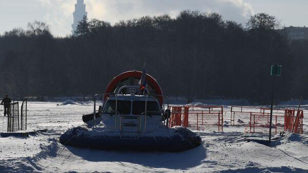 Судно на воздушной подушке спасательной службы в одном из парков Москвы