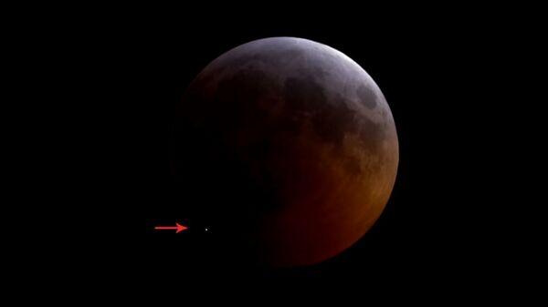 Во время затмения на Луне заметили яркую вспышку