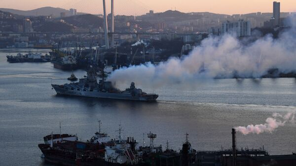 Гвардейский ракетный крейсер Варяг в порту Владивостока