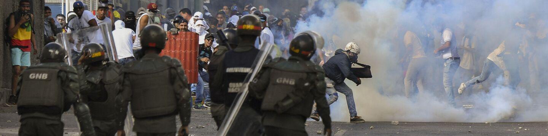 Во время акции протеста против президента Венесуэлы Николаса Мадуро в Каракасе. 23 января 2019