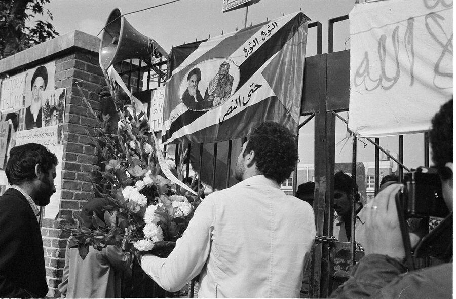 Цветы у ворот посольства США в Тегеране, где студенты удерживают дипломатов в заложниках. 7 ноября 1979 года